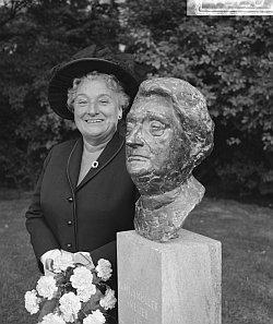 **Truus Wijsmuller-Meijer bij haar beeltenis in Amsterdam.