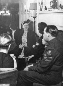 **Wilhelmina met enkele Engelandvaarders in Stubbings House. Foto Nationaal Archief